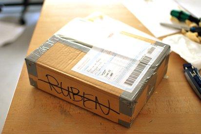 郵便小包がいかにして家まで届くかを小包の視点で追った映像
