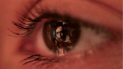 瞳の中をスクリーンに映し出される印象的なミュージックビデオ