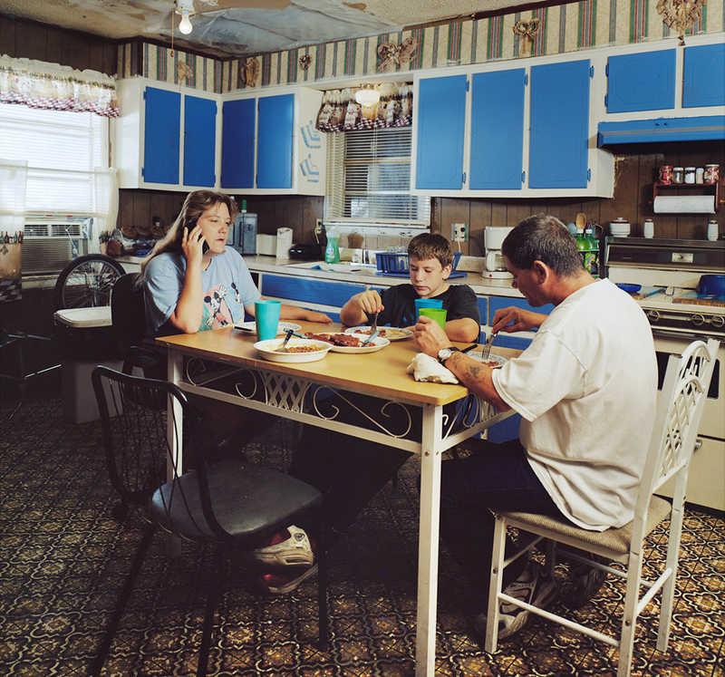 食卓を囲む家族の姿から現代のアメリカを写し出すフォトシリーズ