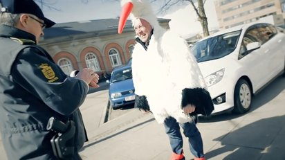 交通違反者に恥ずかしいコスプレさせるデンマーク警察が行なったキャンペーン