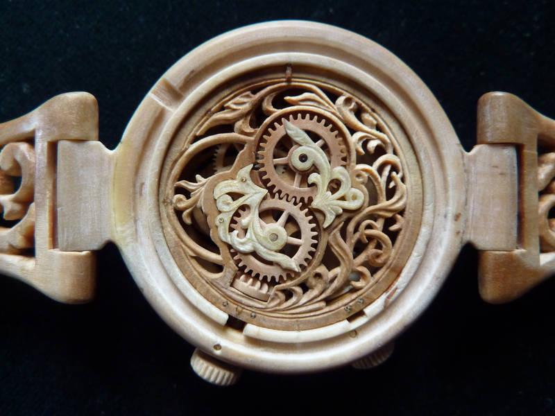 木のパーツで精巧に作られた見事なまでに完成度の高い時計