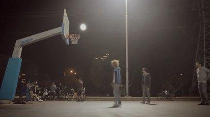 月をモチーフに遠近トリックを使ったクリエイティブな映像作品