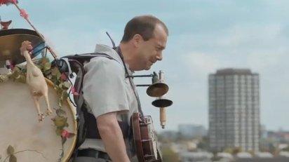 孤独なワンマンバンドの男を描いた感動のショートムービー