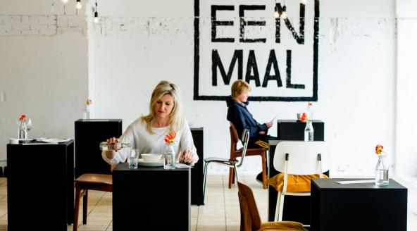 """アムステルダムにオープンした""""お一人様""""専門のレストラン『Eenmaal』"""