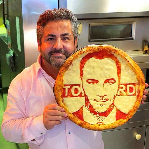 ピザ生地をキャンバスに有名人のポートレートを描く見事なピザアート