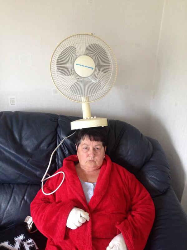 おばあちゃんの頭の上にいろんな日用品を乗せてみる『Things on my nan』