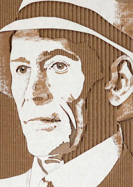 段ボールを剥ぎ取って見事に表現された有名人の肖像レリーフ
