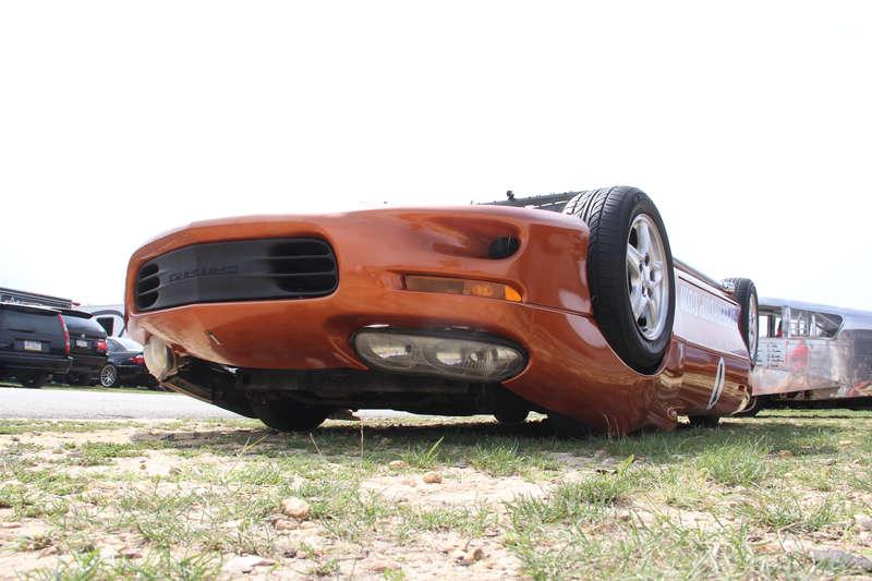 シュールな姿にびっくり仰天の上下逆さまで走るレーシングカー