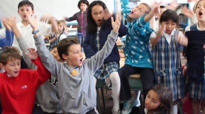 元気溢れる小学生の映像を紡ぎ合わせて作ったリミックス『Schoolhouse Remix』