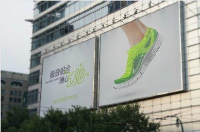 素足の看板にシューズを編み込んでいくユニークなNikeの屋外広告