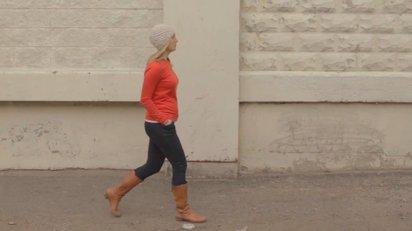 1歩歩く毎にお腹が大きくなっていく妊婦のユニークな映像作品