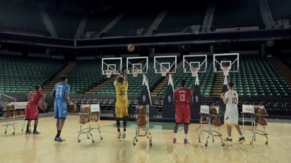 NBAの選手たちが「ジングルベル」をフリースローで演奏するプロモーションビデオ