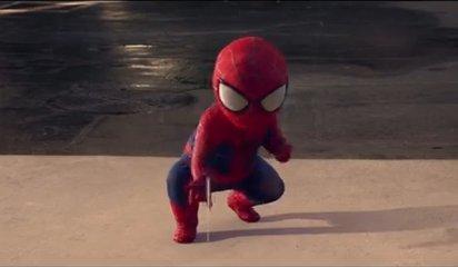 ガラスに写ったスパイダーマンのベイビー姿が可愛いCMです。