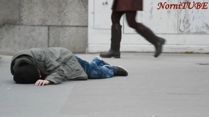 倒れ込む人の身なりが人々の対応にどう影響するかという実験