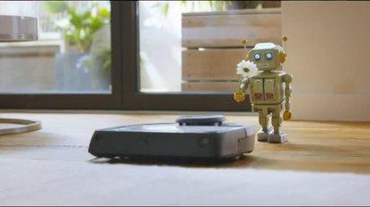 おもちゃのロボットに一目惚れされたお掃除ロボットのコマーシャル